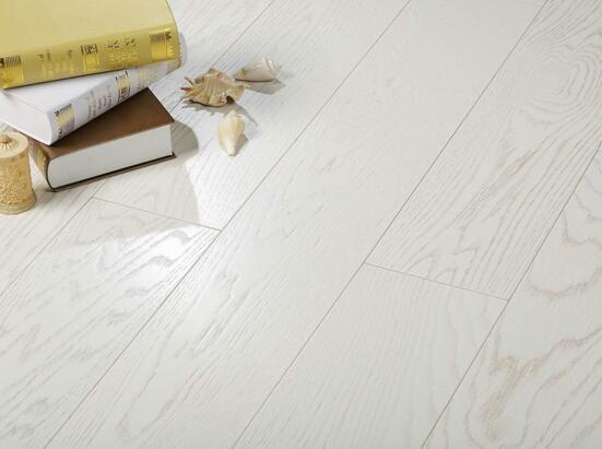 贝亚克该款a04橡木多层地板是唯一为纯白色色泽的