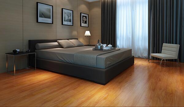 在家庭装修中选择深色的木地板总是要比